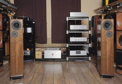 CD-проигрыватель Reference MK2 от Symphonic Line, предварительный ламповый усилитель LS 36.5 и оконечник KWA 150 от ModWright Instruments, акустика Gibbon Nines от John DeVore